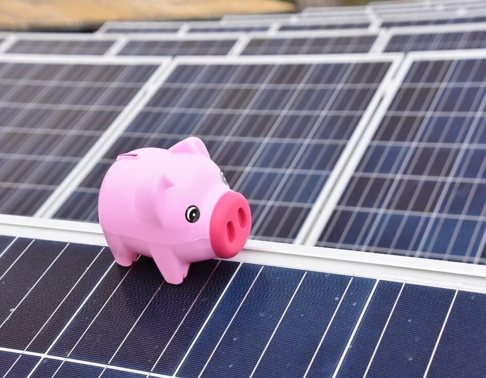 Säästöpossu aurinkopaneelin päällä