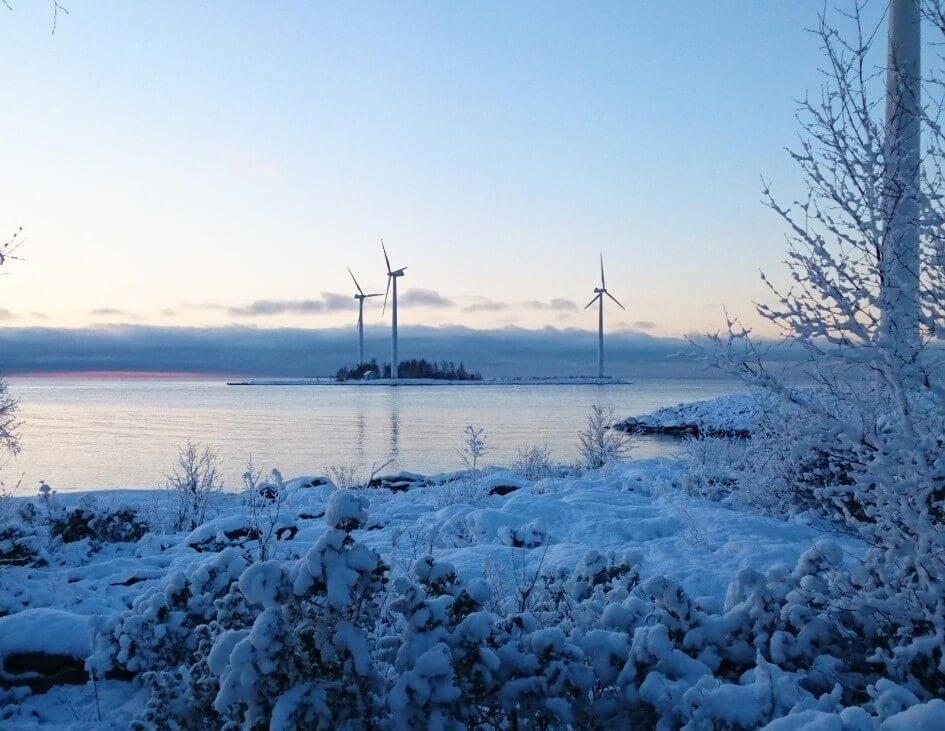 Talvinen maisema kolmesta tuulivoimasta saaressa