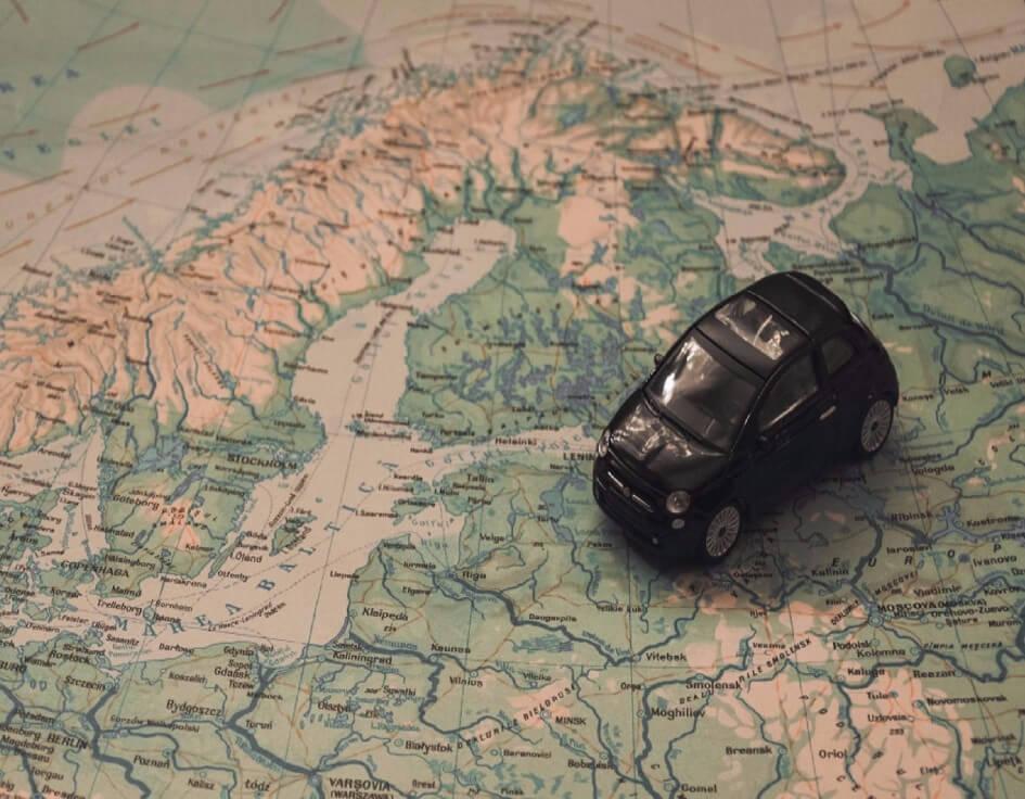 Musta pikkuauto pohjois-euroopan kartan päällä